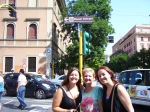 Mari, Adela y yo haciendo la cola para entrar en los Museos Vaticanos