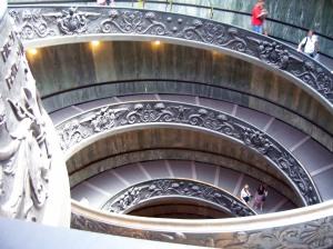 Las inconfundibles escaleras de salida de los Museos Vaticanos