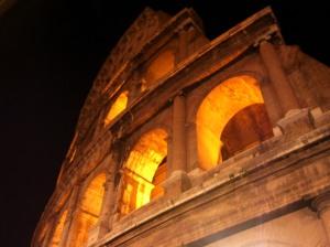 Vista nocturna del Coliseo romano