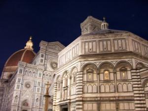 Vista nocturna del Batisterio y del Duomo de Florencia