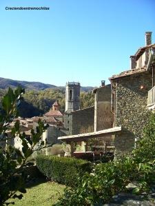 Vista del campanario y de una parte del pueblo