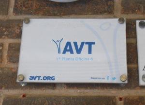 Placa en la entrada a la AVT (21.7.2014)