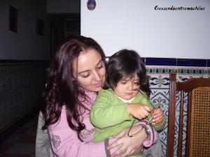 Jugando con mi prima Teresa, en febrero de 2011